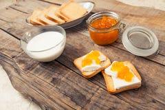 Déjeunez avec le style de vintage de pain grillé de lait et de confiture d'oranges Photographie stock