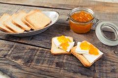 Déjeunez avec le style de vintage de pain grillé de lait et de confiture d'oranges Photo libre de droits