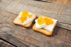 Déjeunez avec le style de vintage de pain grillé de lait et de confiture d'oranges Images libres de droits