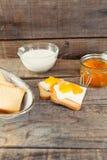 Déjeunez avec le style de vintage de pain grillé de lait et de confiture d'oranges Photo stock