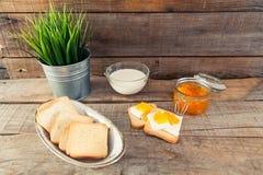 Déjeunez avec le style de vintage de pain grillé de lait et de confiture d'oranges Photos stock