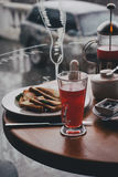 Déjeunez avec le thé, le café, les sandwichs et les gâteaux au fromage dans un café Photos stock