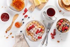 Déjeunez avec les écrous, la gaufre, le pain grillé, la confiture et le thé de baie de granola Image stock