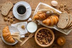 Déjeunez avec les croissants fraîchement cuits au four - vue supérieure photographie stock libre de droits