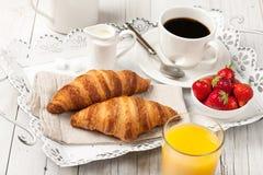 Déjeunez avec les croissants, le café, le jus d'orange et le strawb images libres de droits