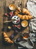 Déjeunez avec les croissants, le ricotta, les figues, les baies fraîches, le miel et l'expresso photographie stock