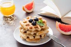 Déjeunez avec les gaufres belges, le miel et le pamplemousse Image libre de droits