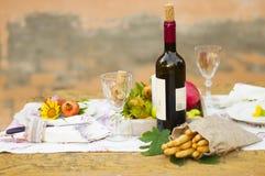 Déjeunez dans le jardin avec du vin et le fruit Dîner romantique en plein air Feuilles d'automne des fleurs Belle table scrapbook photos libres de droits