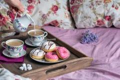 Déjeunez dans le lit avec du café, le lait et des butées toriques Image libre de droits