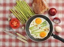 Déjeunez dans le style de village - oeufs au plat dans une poêle Photo stock