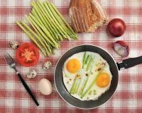 Déjeunez dans le style de village - oeufs au plat dans une poêle avec l'asp Image libre de droits
