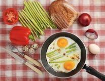Déjeunez dans le style de village - oeufs au plat dans une poêle avec l'asp Photo libre de droits