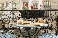 Déjeunez sur le balcon à Paris dans le printemps photos stock