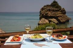 Déjeunez sur une table pour deux au restaurant Photographie stock libre de droits