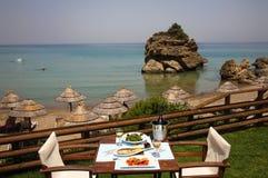 Déjeunez sur une table pour deux au restaurant Image libre de droits