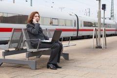 Délai d'attente à la station de train Images libres de droits