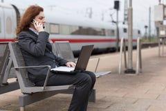 Délai d'attente à la station de train Photo stock