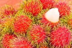 Délicieux doux de ramboutan rouge sur la nourriture saine de fruit tropical de ramboutan de fond Image libre de droits