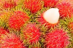 Délicieux doux de ramboutan rouge sur la nourriture saine de fruit tropical de ramboutan de fond d'isolement Images stock
