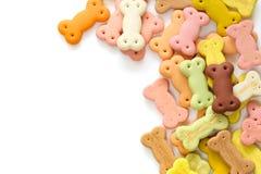 Délicieux du biscuit de chien, du casse-croûte de chien ou de l'espace de copie de mastication de chien sur le fond blanc, peut e Photos stock