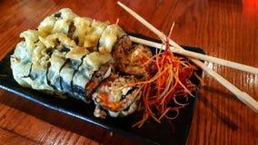 Délicieux et sain faites les sushi photos libres de droits