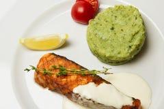 Délicieux a grillé le bifteck saumoné du plat blanc avec de la sauce décorée du romarin Portion avec la garniture photo stock