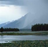 Déluge sur la chaîne de Teton de la traînée d'étang de héron, parc national grand de Teton, Wtoming Images libres de droits