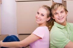 Déménager de sourire de couples Photographie stock libre de droits