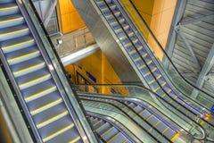 Déménagez l'escalator dans le bureau moderne Photos stock