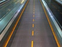 Déménagez l'escalator dans le bureau moderne Photos libres de droits