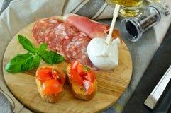 Démarreur italien avec le bruschette, le mozzarella, le salami et le jambon Photo libre de droits