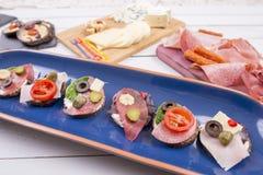 Démarreurs de sandwich ouvert de plat et fromage et viande bleus Photos libres de droits