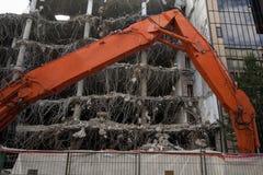 Démolition d'un immeuble de bureaux photos stock