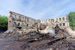 Démolition d'une maison à deux étages en pierre résidentielle abandonnée Photo stock