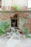 Démolition d'une maison à deux étages en pierre résidentielle abandonnée sur la rue 2A de Sovetskaya Images libres de droits