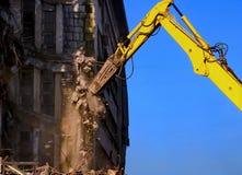 Démolition de bâtiment avec l'excavatrice Image libre de droits