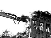 Démolition de bâtiment avec l'excavatrice, style noir et blanc Images stock