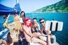 Démons ayant l'amusement sur un bateau à voile Photos stock