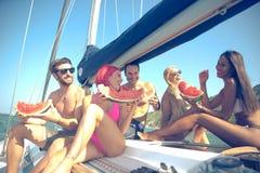 Démons ayant l'amusement sur un bateau à voile et mangeant la pastèque Photographie stock libre de droits
