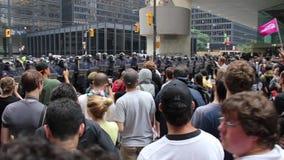 Démonstrateurs chantant à la ligne de police dans le noyau de ville - HD 1080p clips vidéos