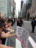 Démonstrateurs et police, rassemblement d'Anti-atout, NYC, NY, Etats-Unis Photo libre de droits