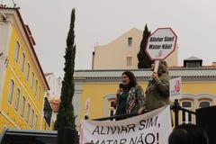 Démonstrateurs protestant avec des plaquettes contre l'euthanasie à Lisbonne image stock