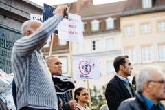 Démonstrateurs protestant contre le Président turc Erdogan polic Photographie stock
