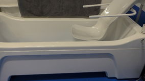 Démonstration de bain moderne pour des handicapés banque de vidéos