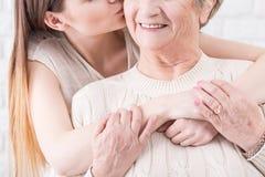 Démonstration de l'amour et du soutien de sa mamie aimée Photographie stock libre de droits