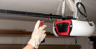 Démonstration de la lubrification de la chaîne sur un ouvreur de porte de garage image libre de droits