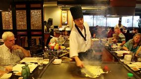 Démonstration de préparation alimentaire dans un restaurant japonais banque de vidéos