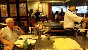 Démonstration de préparation alimentaire dans un restaurant japonais clips vidéos