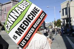démonstration de Pro-cannabis et fausse marche funèbre Images stock