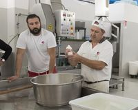 Démonstration de production de fromage de mozzarella à L Latte d'Amordi de `, une société qui produit tous les types de fromage d Images libres de droits